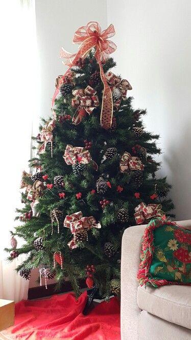 arbol de navidad decorado con pias