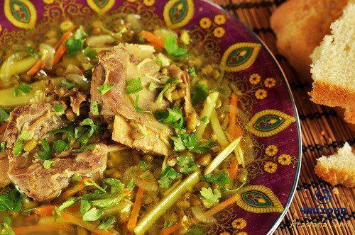 Сегодня у нас в #УзбекскаяКухня #МашУгра  Густой узбекский суп. Очень вкусный.  500 г. говяжьих рёбер, 200 г. маша, 2 картофелины, 2 лука, 1 морковь, 50 г. вермишели Филини, 1 ч. л. куркумы, 2 литра воды, петрушка и/или кинза, соль, чёрный молотый перец.  Маш промыть и отварить в подсоленной воде. Лук, морковь и картофель нарезать соломкой.  Лук обжарить до мягкости в растительном масле, добавить морковь и также довести до мягкости. Выложить морковь и лук из казана и положить жарится рёбра…
