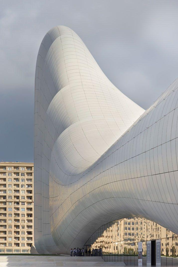 Centre Culturel Heydar Aliyev, Bakou, Azerbaijan#Zaha Hadid et son agence ont réalisé le centre culturel Heydar Aliyev. Il est à la fois, un centre de congrès, un musée et une bibliothèque. Le tout est entouré d'un espace vert. Ressemblant à un coquillage, le bâtiment est composé de lignes pures et de courbes blanches. Erigé au milieu d'un quartier en construction, sa forme et sa couleur étonnent les passants.#https://lc.cx/4axY#spanky-few#48,4,7