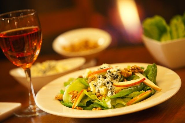 Kip's Irish Pub has the Amish Blue Salad with Candied Walnuts in a cider vinaigrette. Tempted?  #amishblue #green #salad #apples #kipspub #marriottmwest #hotelrestaurant #foodie