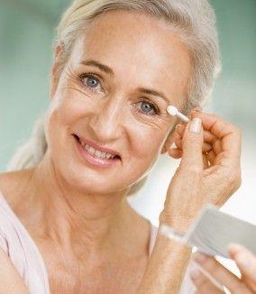 Améliorer la couleur de notre teint, la profondeur de notre regard… nous le savons toutes, le maquillage est destiné à mettre en valeur notre visage. Et aussi – épargnons-nous toute illusion – camoufler nos petits défauts. Avec l'âge, rides, taches et...