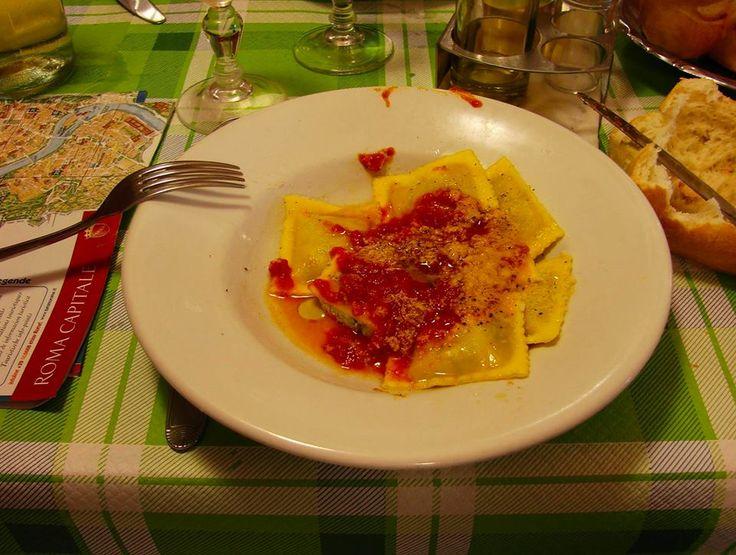 Comiendo, hablando, ensuciando, saboreando, disfrutando en #Roma: fotos reales de cuando gente real come!!! #DionisioPimiento #Food #Foodie