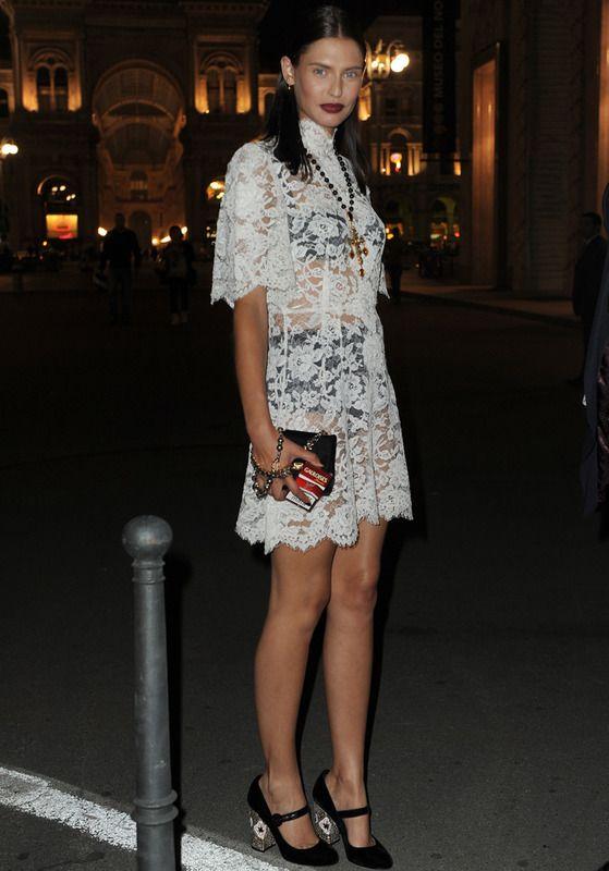 Balti Bianca Balti arriesgó con este minivestido de encaje blanco que dejaba ver su ropa interior negra. Para potenciar la estética gótica del look recurrió a sus accesorios, joyas y al maquillaje.