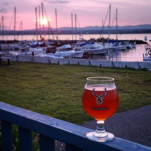 Bière de la Microbrasserie de Bellechasse, sur la terrasse su resto pub Le Quai