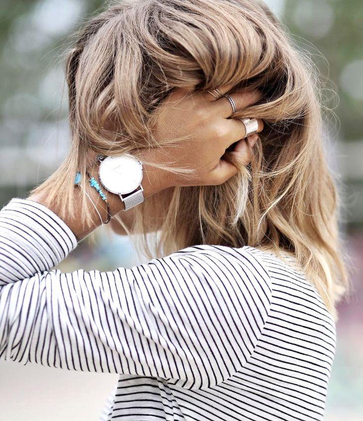 Cheveux légèrement texturés + marinière à rayures très fines + fins bracelets = le bon mix (instagram Noholita)