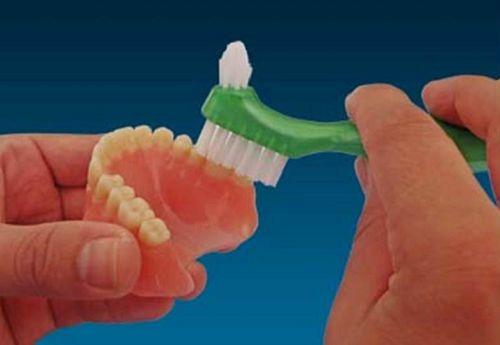 Cách bảo quản răng giả tháo lắp chủ yếu là việc vệ sinh hàng ngày sau khi ăn uống, có thể ngâm hàm giả qua đêm với dung dịch muối để loại bỏ vi khuẩn.