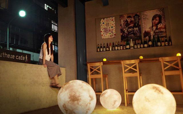 部屋にいくつもの満月が! 神秘的な『月型照明』に注目が集まる! – grape [グレープ] – 心に響く動画メディア