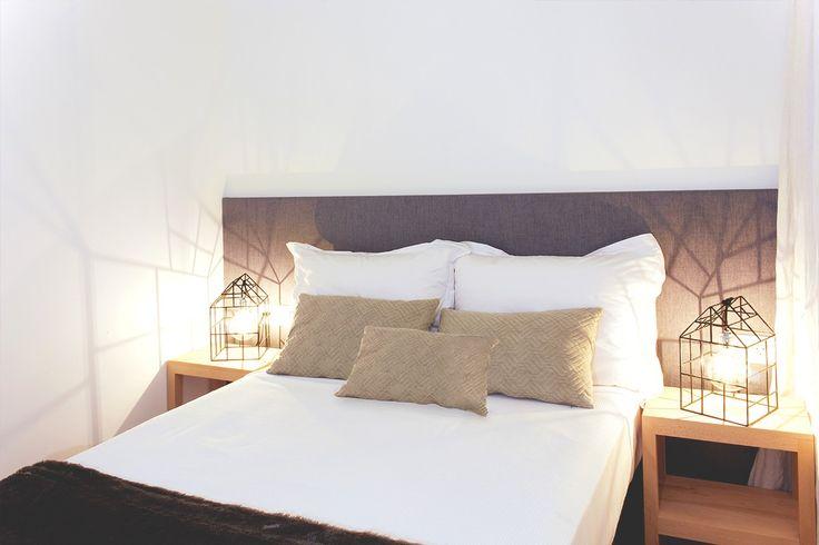 La deliciosa reforma integral de un dúplex - Decorabien.com #dormitorio #habitación #matrimonio #lampara #iluminación #mesa #auxiliar #casa #hogar #diseño #decoración #sofal #estilo #sobrio #reforma #arquitectura #piso #céntrico #barcelona