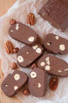 Reteta de ciocolata de casa simpla, fara sirop de zahar, cu nuci si alune de padure.