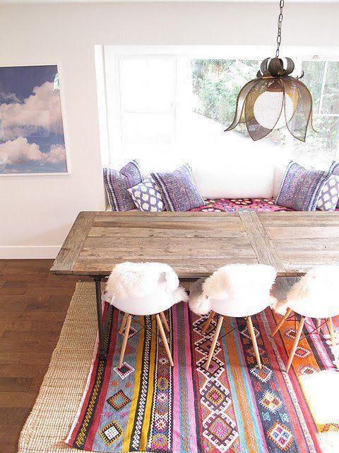 Las alfombras de estilo étnico pueden ser una buen apoyo para una decoración étnica, pero también pueden combinar perfectamente en un ambiente moderno y desenfadado. Te hemos preparado una gran galería de alfombras étnicas para que cojas ideas.