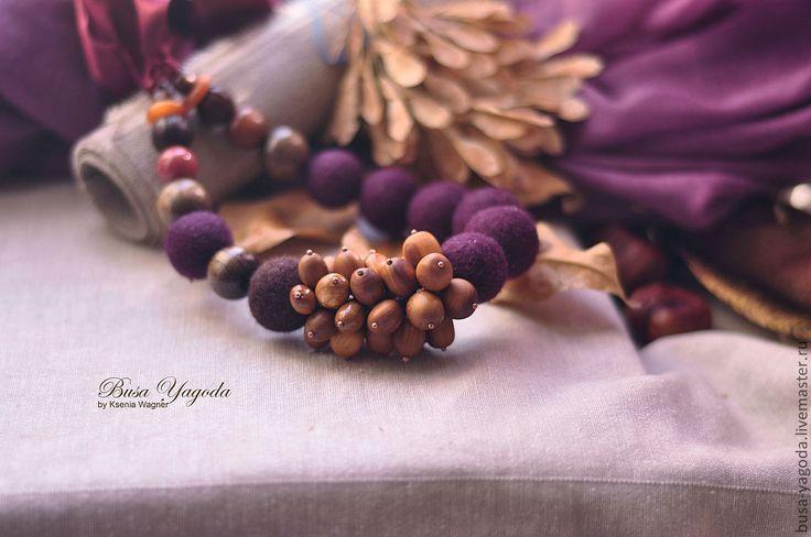 Купить или заказать 'Plum & almond' войлочные бусы. в интернет-магазине на Ярмарке Мастеров. Вкусные, выразительные, слегка ассиметричные бусы из войлока цвета спелой сочной сливы, или еще этот цвет можно назвать баклажановым. В реальности цвет чуть темнее чем на фото. Основная изюминка этого украшения - гроздь из деревянных бусин ( ранее в блоге я писала об их происхождении). Они превосходно сочетаются с цветом войлочных бусин. Вместе эти два цвета создают очень осенний и теплый колорит.