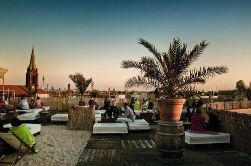 Wer nicht genug von der Sonne kriegen kann, kommt ihr einfach ein Stückchen näher: Auf diesen Berliner Dachterrassen wird gegessen, getrunken, gechillt und getanzt