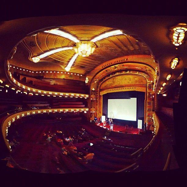 Brilliant.Het Tuschinski Theater is een practige bioscoop om een fimpje te pakken. Het theater is een uniek art deco meesterwerk uit 1921. Veel mensen vinden de grote zaal een van de mooiste bioscoopzalen van Amsterdam. De grote zaal heeft 789 stoelen.