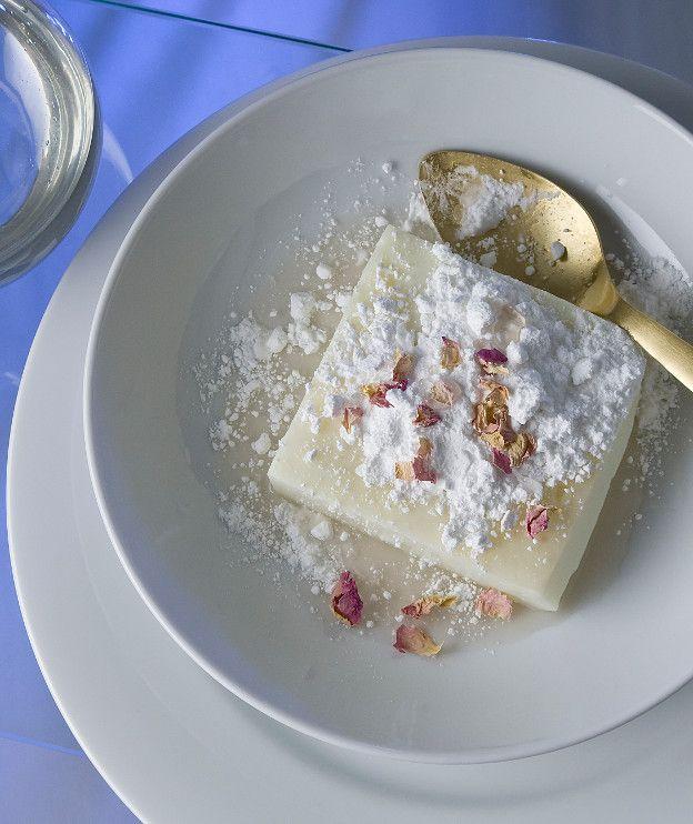 1 κιλό φρέσκο γάλα, πλήρες ή ελαφρύ 30 γρ. λευκή κρυσταλλική ζάχαρη 100 γρ. κορν φλάουρ άχνη ζάχαρη για �%