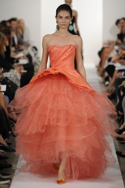 Vestido-de-fiesta-2014-Oscar-de-la-Renta-en-color-naranja-coral-con-escote-strapless-en-forma-de-corazón-silueta-peplum-y-falda-voluminosa-confeccionada-en-tul.jpeg (425×637)