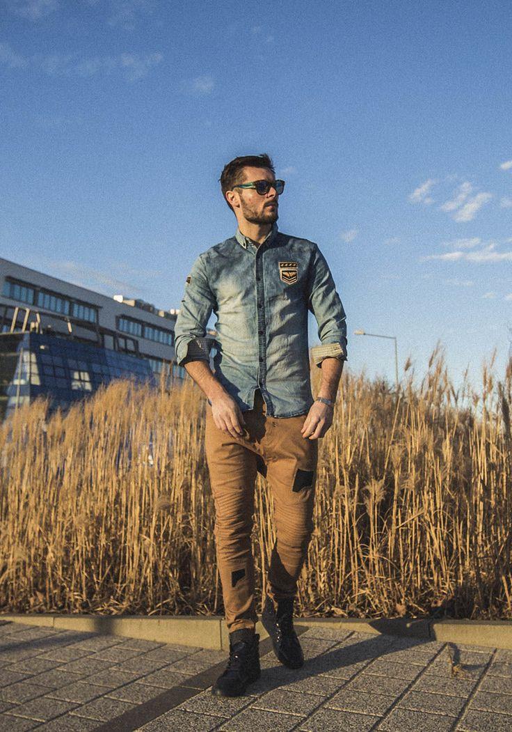 Koszula jeansowa, spodnie joggery, buty