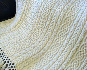 Dies ist das Muster für die Celtic Aran Afghan habe während ich eine Reise nach Irland plante. Es war in den Wochen vor der Reise, während der Fahrt und in den Wochen nach Hause kommen stricken. Jedesmal, wenn ich es sehe ich habe wunderbare Erinnerungen an diese spannende Zeit und ich werde es über Jahre hinweg einen Schatz. Ich hoffe, dass Sie es auch tun. Die fertige Decke ist ca. 60 cm breit x 72 lang plus 8 Triple Knot Fransen an beiden Enden. Es besteht aus 5 Platten separat gestrickt…