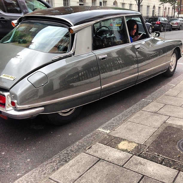 I have this vision of running a Citroen DS Cab Service in Paris, with a fleet of Déesses ranging from regular cabs to Executive Limo services. Makes the hairs on my arms stand on end - WOW!