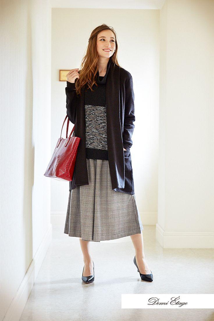 黒のロングカーデは、この季節どんなコーデにも合わせやすい #maria_coordinate #大人カジュアル #demi_etage #ドゥミエタージュ #ootd #fashion #winter #冬コーデ #ロングカーデ #スカーチョ #バッグ #赤