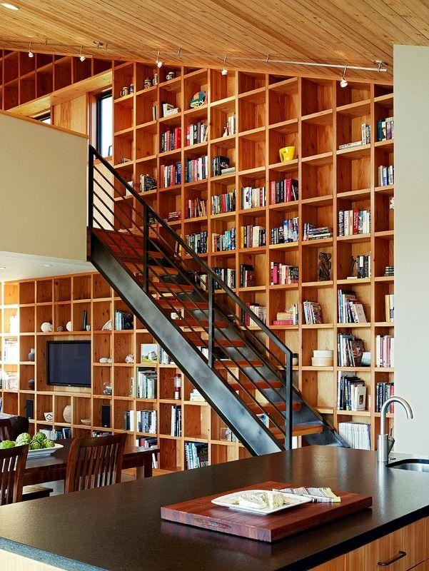 【懐の深いグリッド】壁面二フロア分の作り付け巨大本棚 | 住宅デザイン