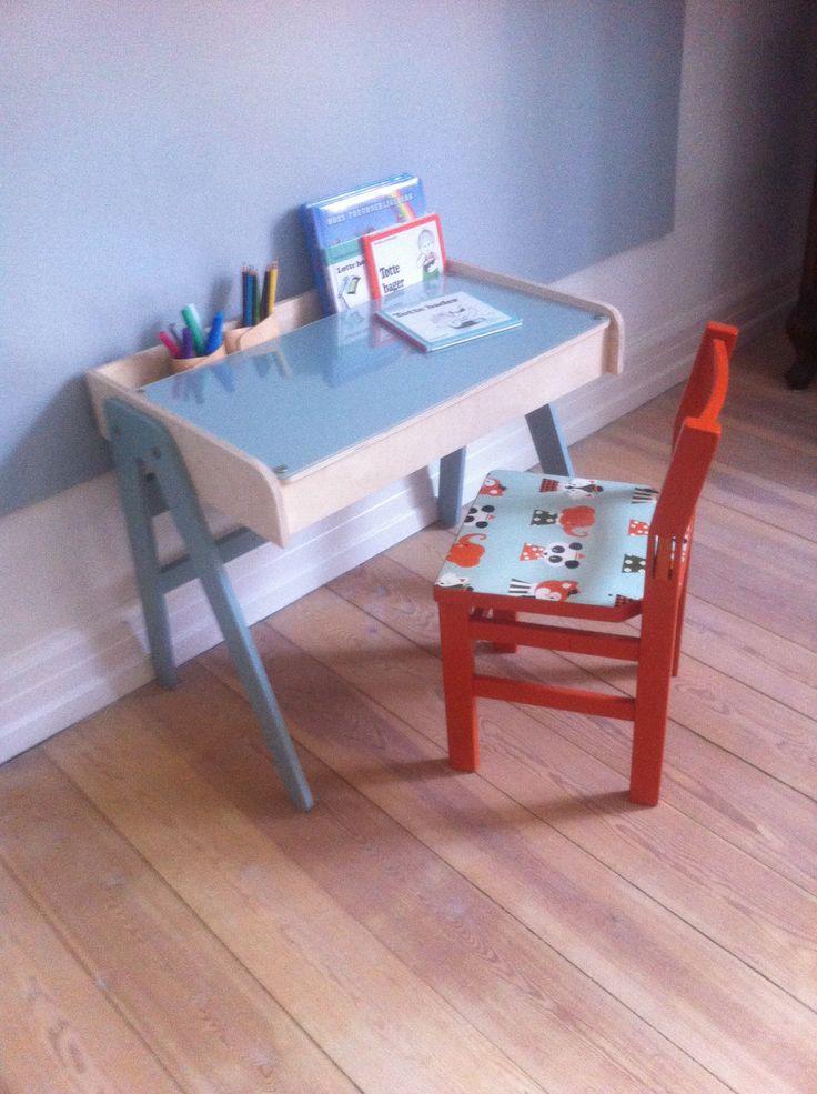 """Børnebord med plads til bøger mm under bordpladen og bagerst i """"hylden"""". Opslagstavle til tegninger og billeder under plexiglasset på bordpladen."""