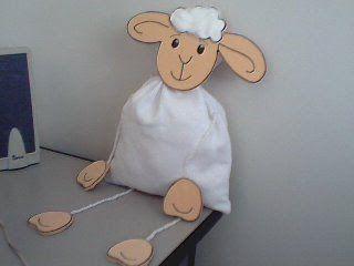 Oi! Estou postando vários modelos de lembrancinhas para presentear nesta páscoa. Todas são de ovelhinhas, que simbolizam Cristo, nossa verdadeira Páscoa. Ovelhinha Porta bombom, da Greice. Ovelhinha Saquinho porta guloseima.Ovelha na caixa de leite, da Jacirinha.Ovelhinha porta lápis.Beijos! Artigos Relacionados Caça Palavras – Soldado Mural Coletivo das Profissões Carimbos reciclados com tampinhas plásticas Presépio com …