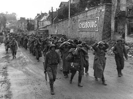 Une colonne de prisonniers allemands escortés par des soldats américains, à Cherbourg, en Normandie, le 28 juin 1944