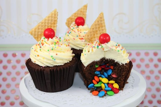 #KatieSheaDesign ♡❤ ❥▶ Tutorial: Surprise Pinata Cupcakes! • CakeJournal.com: Surprise Inside Cupcake, Cupcake Rosa-Choqu, Chocolate Cupcakes, Rainbows Candy, M M Cupcake, Google Search, Pinata Cupcakes, Candy Surpri, Chocolates Cupcake