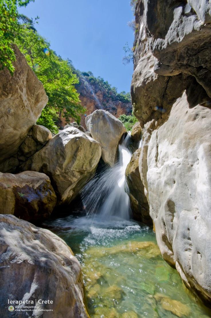 Refreshing waters at the Sarakina Canyon.  | Δροσερά νερά στο φαράγγι της Σαρακίνας.    (CC-BY-SA)