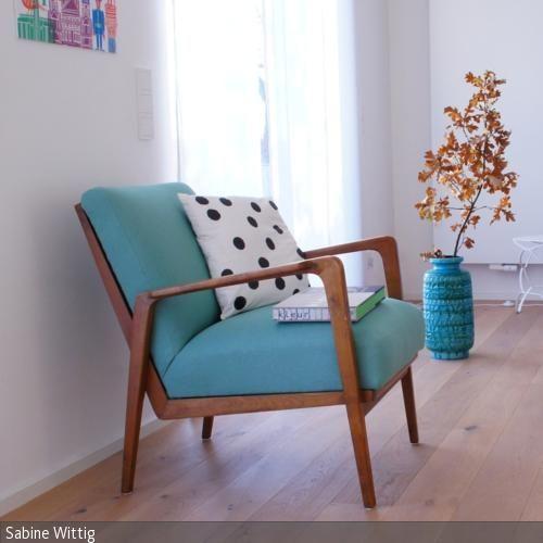 Glücksfund aus dem Sozialkaufhaus: Der Vintage Sessel bekam einen neuen, meergrünen Bezug und ist jetzt der heimliche Held im Wohnzimmer.