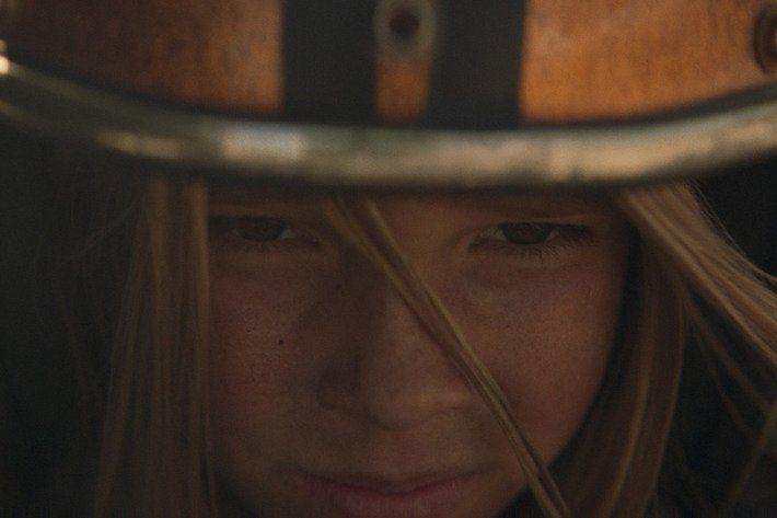 Campanha de montadora mostra a menina vencendo adversários em uma corrida, enquanto o pai fala da desigualdade que ela vai enfrentar na vida