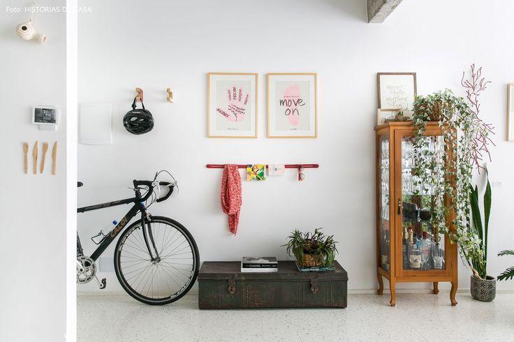 entrada de um apartamento luminoso com piso de granilite branco e cristaleira antiguinha - matéria em parceria com a https://boobam.com.br/