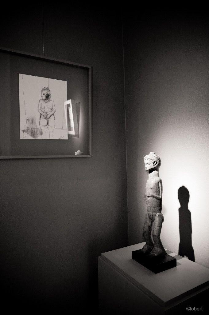 Jean Rustin face à une statue Holo