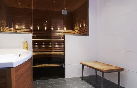 lasiovi onnistuu myös puolikkaalle seinälle!  http://www.sunsauna.fi/tuotteet-ja-palvelut/lasiseina-ovi?ad=rakentajafi