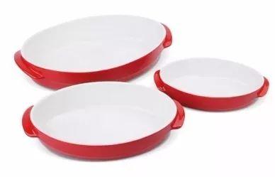 Kit para servir com 3 travessas de porcelana oval vermelha branca. - Alças Laterias para Fácil manuseio - Fina Porcelana Esmaltada - Alta Durabilidade - Utilização em Forno e Microondas - Pode ser lavado em Máquina