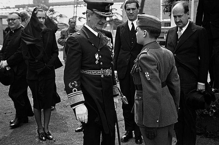 Horthy Miklós kormányzó és egy Levente. A hattérben a kormányzó menye, Gróf Edelsheim-Gyulai Ilona.