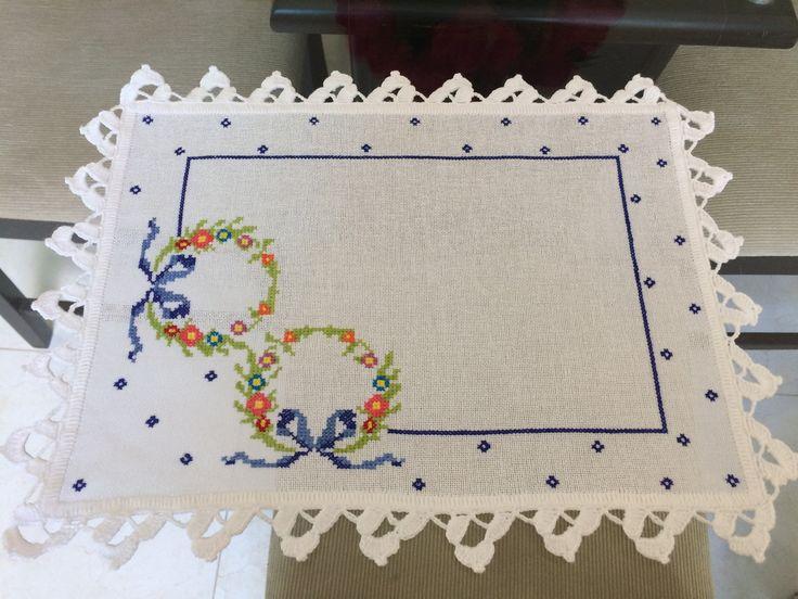 Panos de bandeja bordados em ponto cruz, com barradinho em crochê. Tecido cânhamo, bordado linha anchor, crochê linha cléia. Medidas 45x30cm