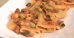Ingredienti:  300 gr. paccheri,  2 zucchine,  mezza cipolla,  1 scatola borlotti Bio,  olio extra vergine (3 cucchiai)  passata di pomodoro  Buttiamo i paccheri nell'acqua bollente. Nel frattempo in una padella con olio extra vergine di oliva facciamo rosolare una cipolla bianca, poi aggiungiamo 2 zucchine tagliate a dadini. A metà cottura delle zucchine aggiungiamo 100 gr. di passata di pomodoro e una scatola di fagioli borlotti. Aspettiamo che termini la cottura, scoliamo la pasta