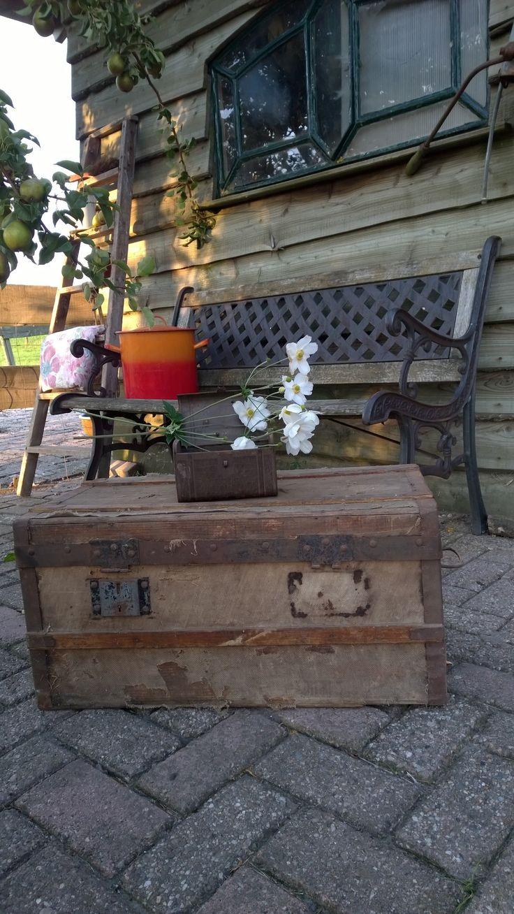 Een kist uit frankrijk Alles is te koop. kijk voor meer informatie op onze facebook site Les brocantes de Souleillou.