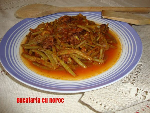 Mancare de fasole verde cui carnati - Bucataria cu noroc