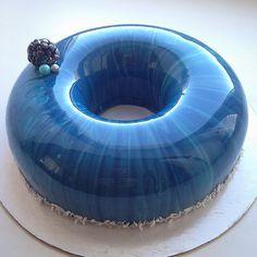 Olga Noskova n'est pas une pâtissière comme les autres. Elle confectionne en effet des gâteaux pour le moins hors du commun, à la beauté renversante et fascinante. Décou...