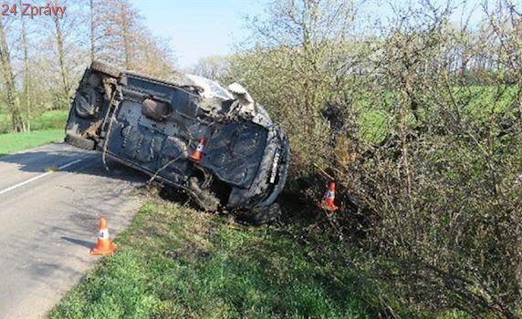 Na Hradecku havarovala dodávka s paralympioniky, jednoho odvezl vrtulník