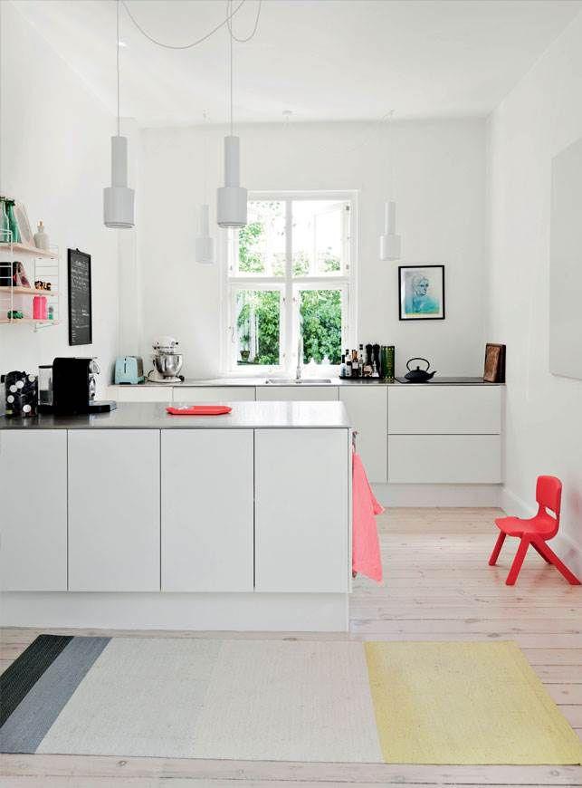 Møblerne er en skøn blanding af moderne design og nænsomt samlet vintage, og rummene er lyse og luftige, efter at det gamle hus blev sat i stand fra top til tå. Perfekte rammer for beboerne, en småbørnsfamilie, der i den grad nyder det nye hjem.
