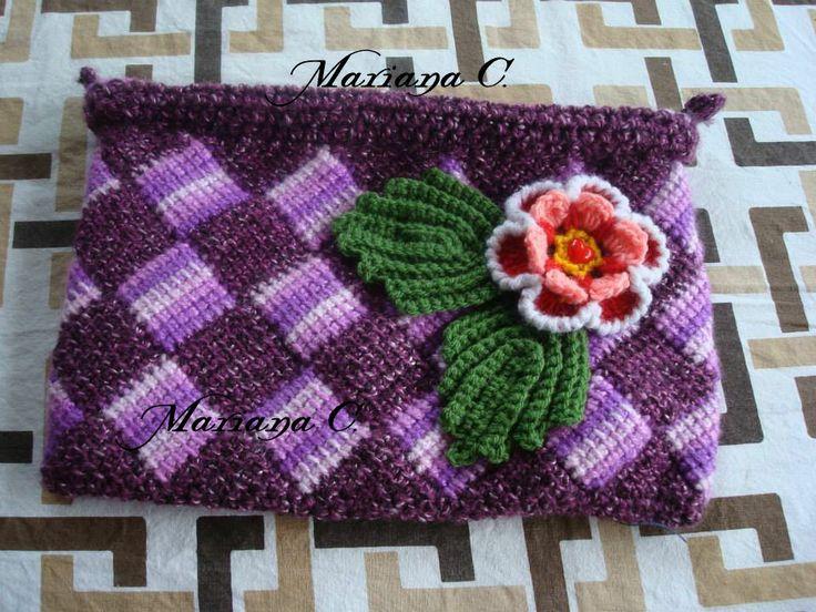 Cosmetiquero, tejido a crochet en la técnica Tunecino... Decorado con Flor tejida a crochet... Forrado con genero su interior y con cierre metálico...