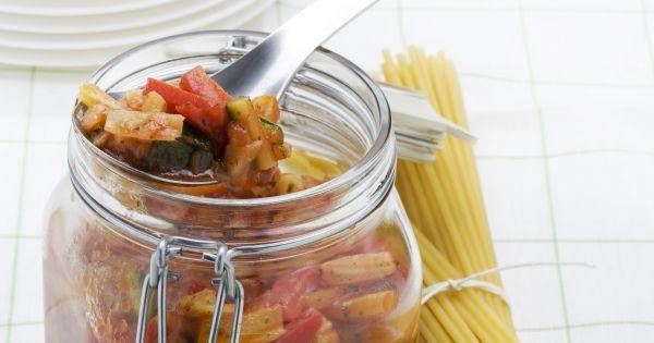 Vuoi mangiare leggero senza rinunciare alla pasta? Si può! Scopri 10 ricette di sughi leggeri ricchi di verdure: con pomodoro e basilico... ma non solo.