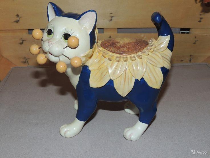 Керамическая фигурка кошки с цветком на спине. Копилка или просто украшение интерьера. Высота 16 см, длинна 18 см