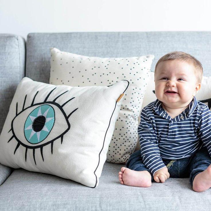 Cojín Ojo Abierto  ilustrado a mano y bordado en tela cruda con bordados negro y azul.  Este producto es ideal como complemento de decoración en camas, sillas o sofas.