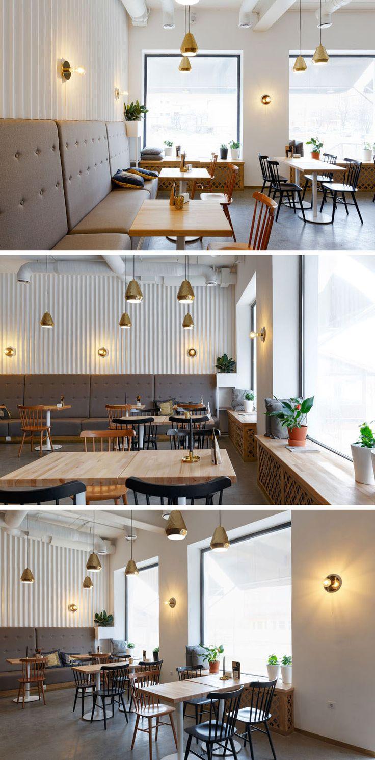 Localizados ao lado das janelas neste café moderno, são bancos de madeira que podem ser usados como assentos adicionais, tornando-os ideais para observar o mundo enquanto toma uma xícara de café.  Algumas plantas espalhadas pela cafeteria adicionam um toque natural.