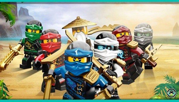 Bienvenidos a LEGO Ninjago. Qué puede salir mal si mezclamos ninjas LEGO y un ejército Tiburón que quiere conquistar nuestra ciudad? Nada claro está. Solo tendremos un fantástico mix que recuerda hasta cierto punto a las Tortugas Ninja con su maestro (en nuestro caso el señor de la barba blanca Wu un modelo a seguir donde los haya) y a los Power Ranger con sus megazord. En resumen: una adaptación muy divertida de la película espectacular especialmente de cara a los pequeños de la casa en un…