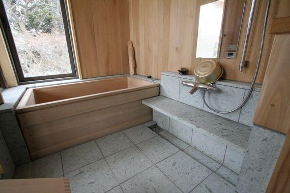 浴槽、壁・天井は青森ヒバ 木の香りがしてきそうですね♪